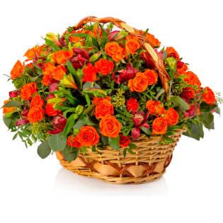 Цветы в корзинке с альстромериями